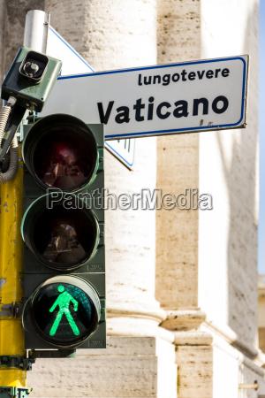 italia roma semaforo verde e cartello