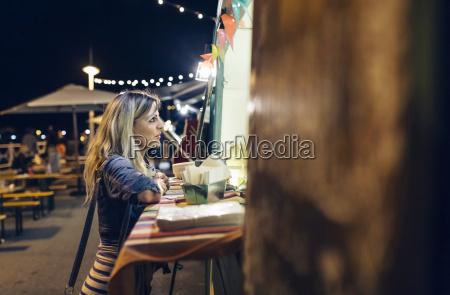 donna parlare parlato parlando chiacchierata aspettare