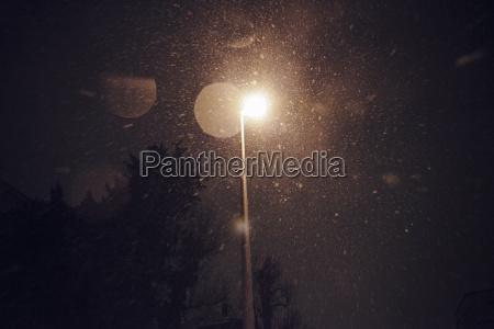 snowfalll di notte sotto la lanterna