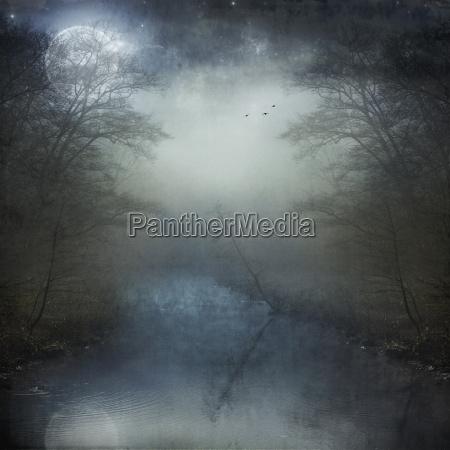 luna llena sobre el rio brumoso