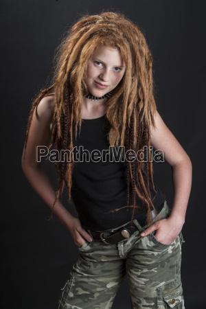 ritratto di ragazza adolescente con capelli