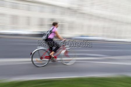 austria vienna donna in bicicletta in