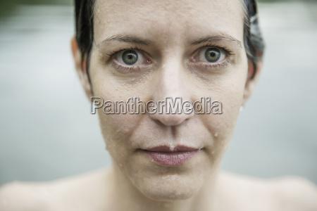 viso bagnato di una donna