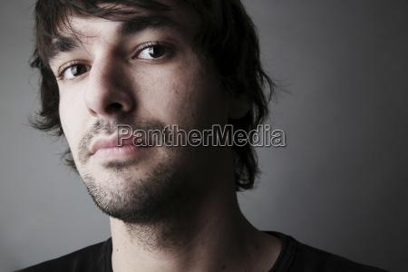 ritratto di giovane uomo close up
