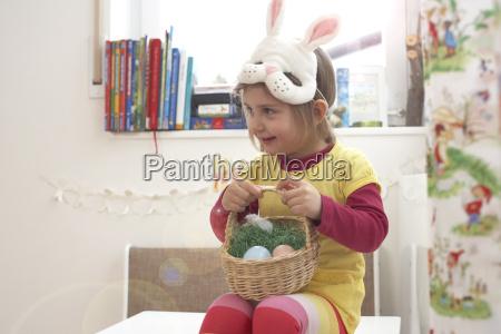 bambina sorridente con maschera di coniglio