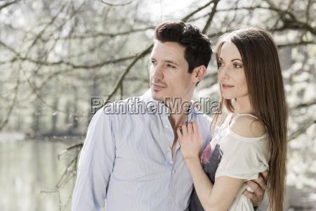 coppia guardando qualcosa di fronte allacqua
