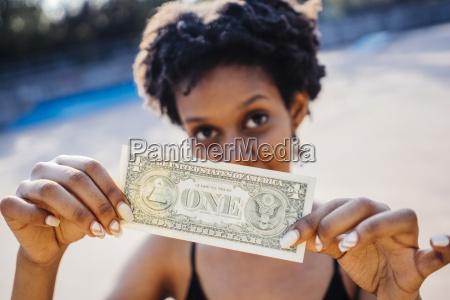 donna che mostra una banconota da