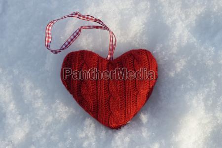 cuore tricottato rosso che si trova