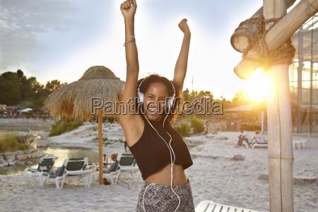 giovane donna che ascolta musica con