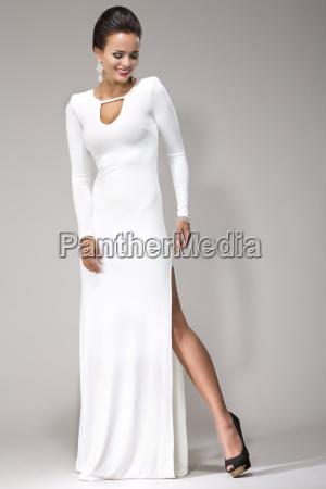 donna che indossa abito bianco girato