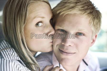 germania duesseldorf donna che bacia uomo