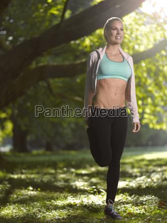 germania giovane donna atletica che fa