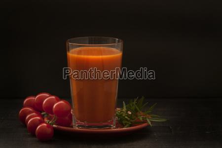 bicchiere di succo di pomodoro con