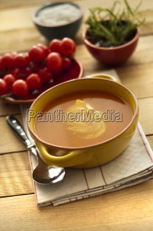 ciotola di minestra e pomodori ciliegia
