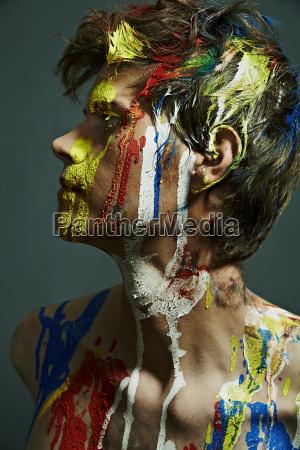 profilo di uomo shirtless con vernice