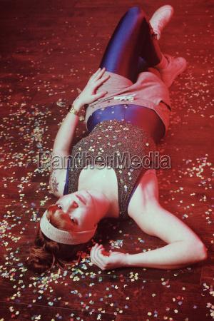 donna sdraiata sulla schiena ricoperta di