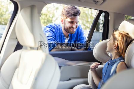 far star ved bilrude taler til