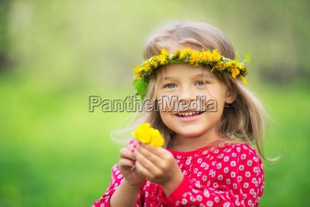bambina nella primavera del parco