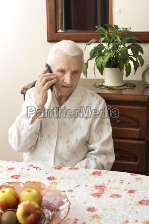 telefono cellulare interno anziano contatto