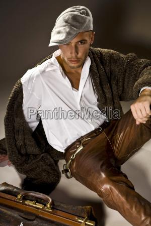 giovane uomo che indossa pantaloni di