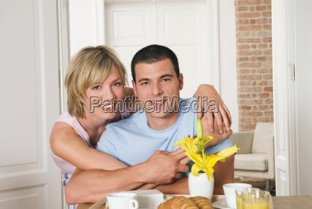 giovani coppie che abbracciano al tavolo
