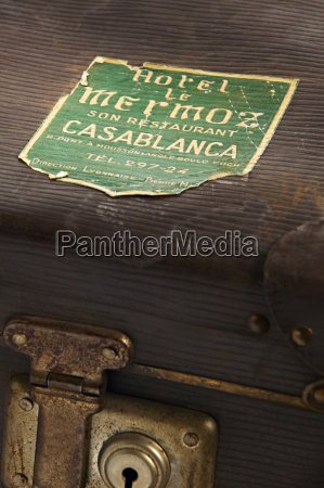 vecchia valigia con adesivi da viaggio