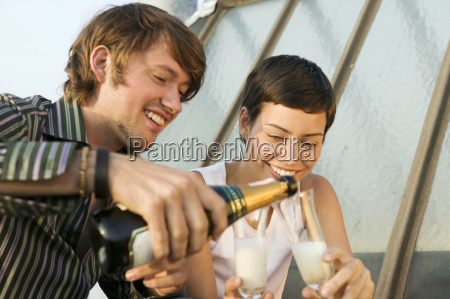 bicchiere caucasico europeo orizzontale allaperto festa