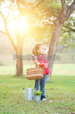 picnic asiatico del bambino allaperto