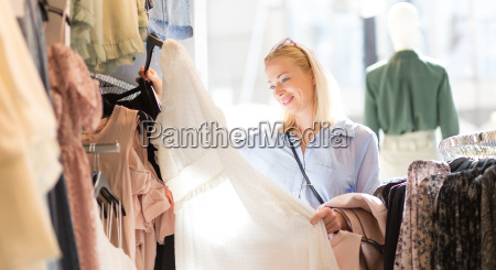 bella donna di acquisto vestiti alla