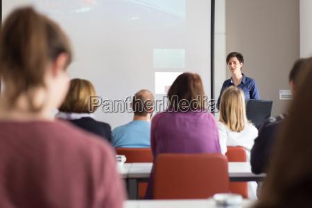 donna che da presentazione in aula