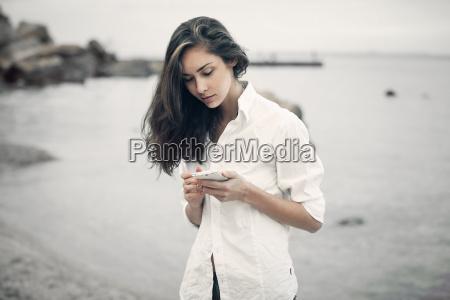ritratto di adolescente ragazza che cammina