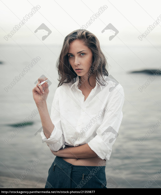 carino, donna, fuma, una, sigaretta, sulla - 21359877