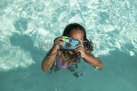 girl 5 6 utilizzando fotocamera impermeabile