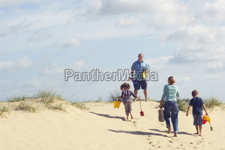 famiglia a piedi su terra dune