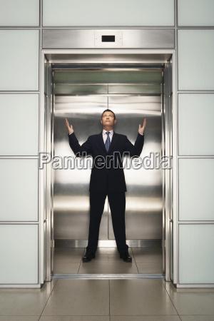 persone popolare uomo umano ufficio ascensore