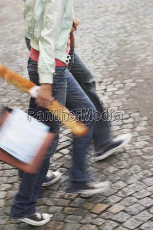 coppia con baguette e borse su