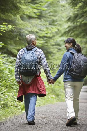 coppia camminare foresta strada