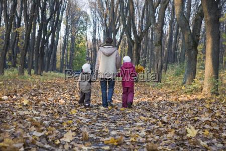 la madre y los ninyos caminando