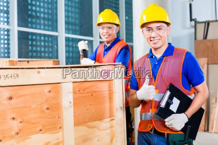 lavoratori edili asiatici in loco scatola