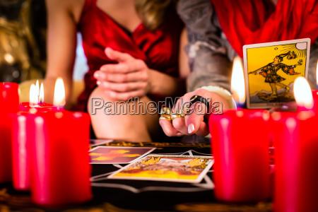 fortuneteller che posa tarocchi con il