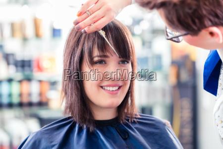 parrucchiere taglio capelli donna in negozio