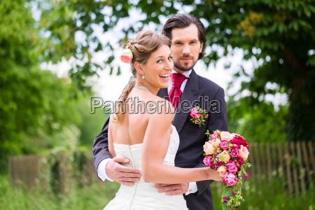 matrimonio sposa e sposo con bouquet