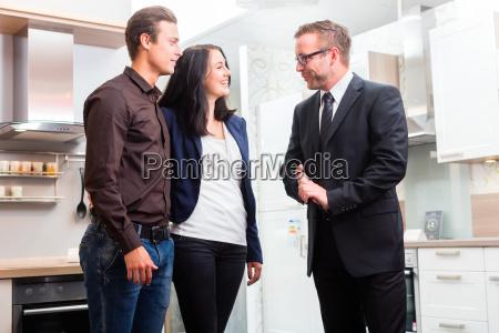 coppia consultare venditore per la cucina