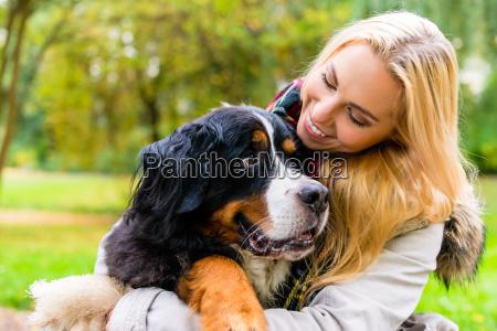 donna che abbraccia il suo cane