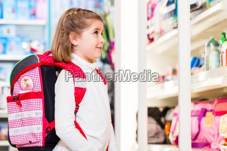 bambina che sceglie le provviste per