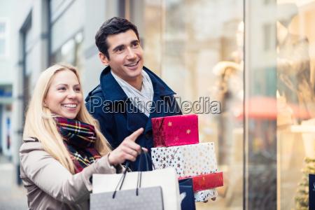 coppia alla vetrina facendo shopping di