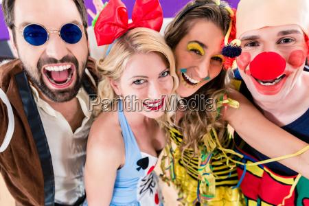 party persone che celebrano il carnevale