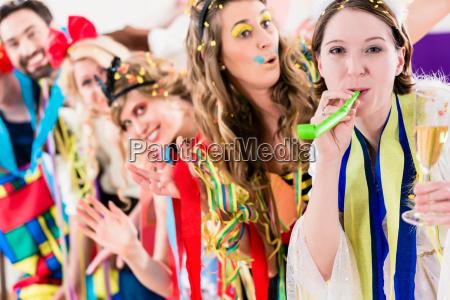 persone di festa che celebrano carnevale