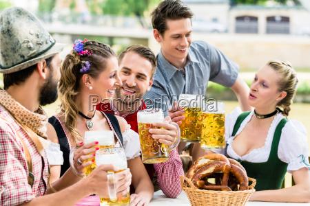 amici nel giardino bavarese della birra
