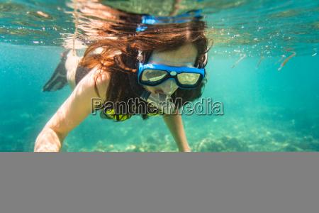 donna snorkeling sul pavimento del mare